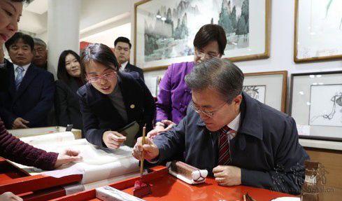 韩国总统文在寅参观荣宝斋 学习木版水印